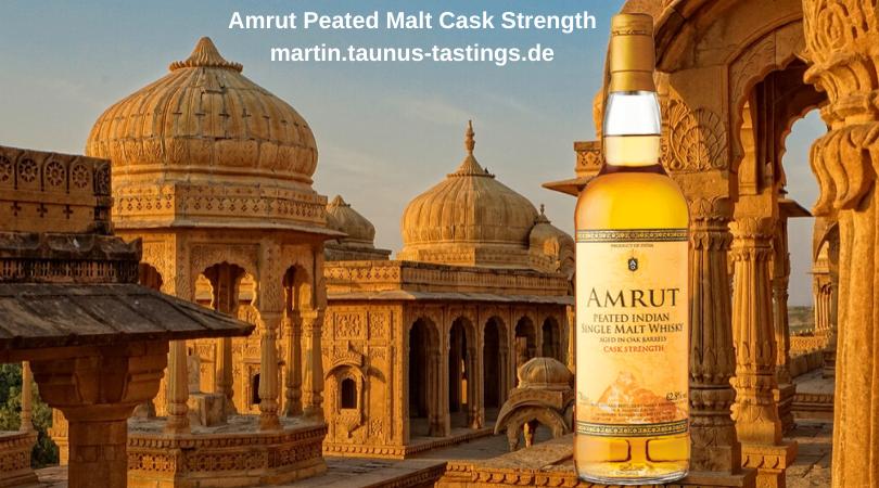 Eine Flasche Amrut Peated Malt Cask Strength mit einem Tempel im Huntergrund