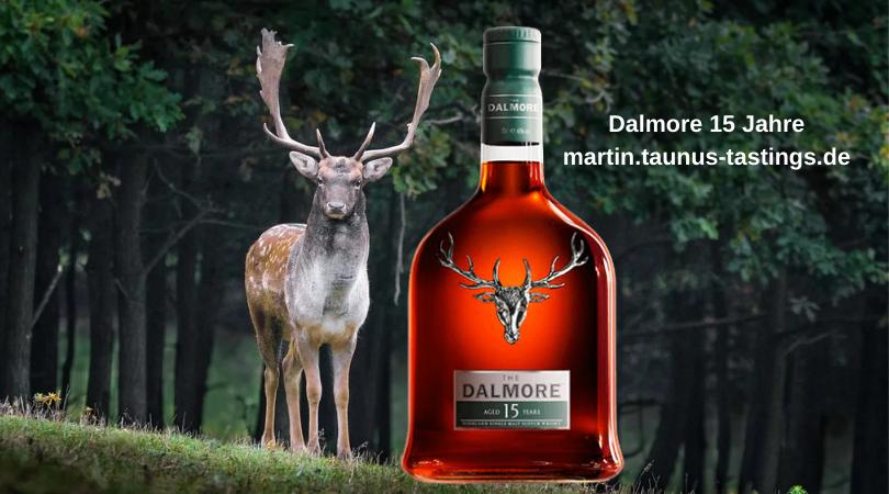 Eine Flasche Dalmore 15 Jahre, im Hintergrund Wald und ein Hirsch