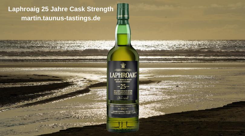 Eine Flasche Laphroaig 25 Jahre Cask Strength, im Hintergund die Küste der Machir Bay auf der Insel Islay