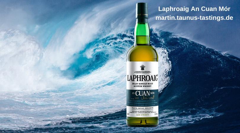 Eine Flasche Laphroaig An Cuan Mor mit dem Ozean und einer großen Welle im Hintergund