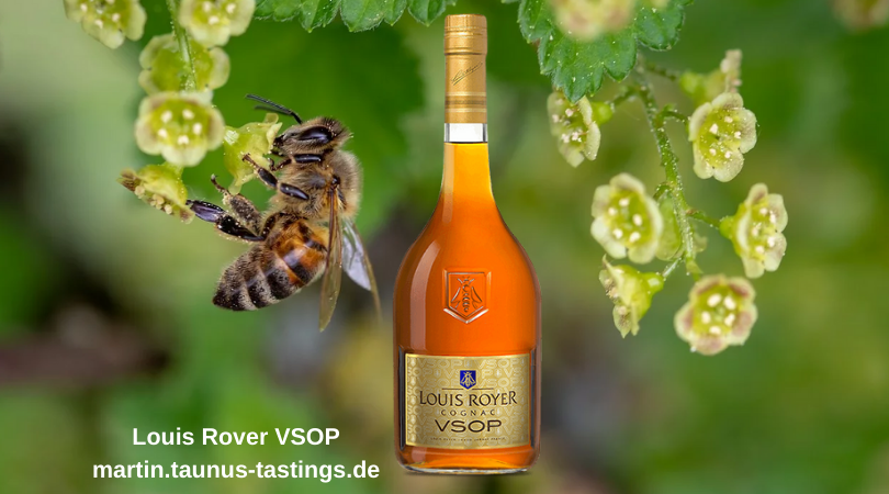 Eine Flasche Louis Rover VSOP mit Blüten und einer Biene im Hintergrund