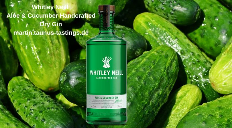 Eine Flasche Whitley Neill Aloe & Cucumber Handcrafted Dry Gin, im Hintergrund Gurken