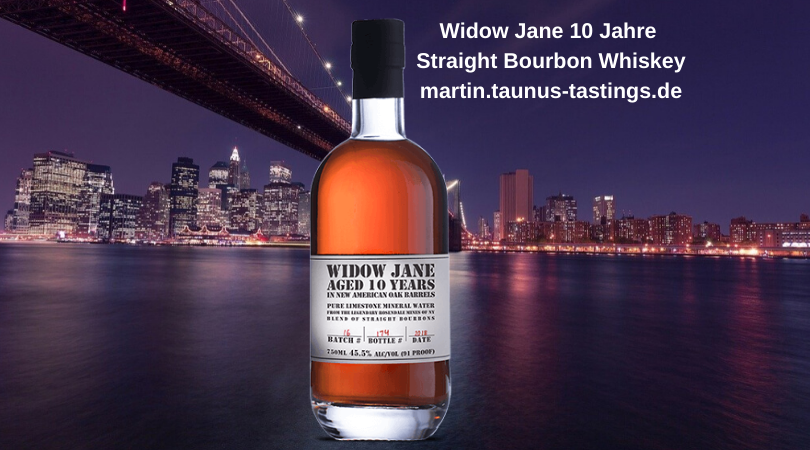 Eine Flasche Widow Jane 10 Jahre Straight Bourbon Whiskey mit der Brooklyn Bridge und der Skyline von New York im Hintergrund