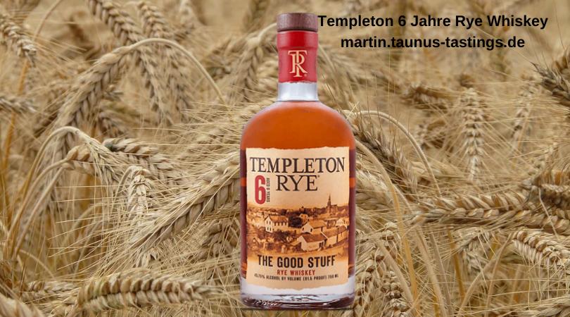 Eine Flasche Templeton 6 Jahre Rye Whiskey mit einem Roggenfeld im Hintergrund