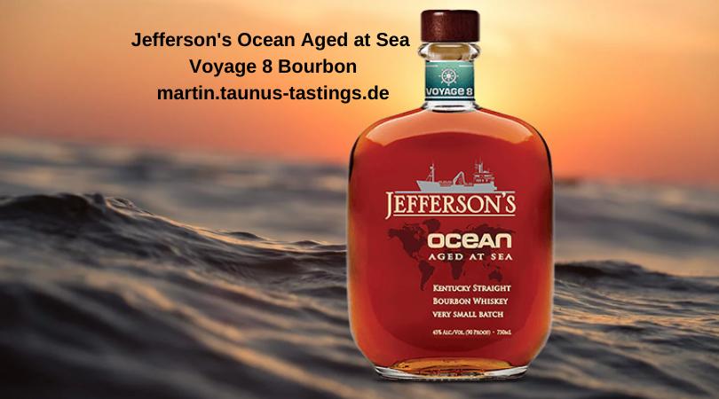 Eine Flasche Jefferson's Ocean Aged at Sea Voyage 8 Bourbon, das Meer im Hintergrund