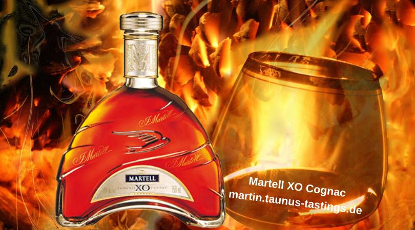 Eine Flasche Martell XO Cognac mit Glas und Flammen im Hintergrund