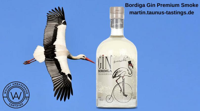 Eine Flasche Bordiga Gin Premium Smoke, im Hintergrund Himmel und ein fliegender Storch