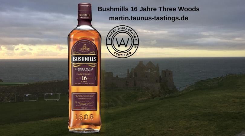 Eine Flasche Bushmills 16 Jahre Three Woods mit einer Burgruine und dem Meer im Hintergrund