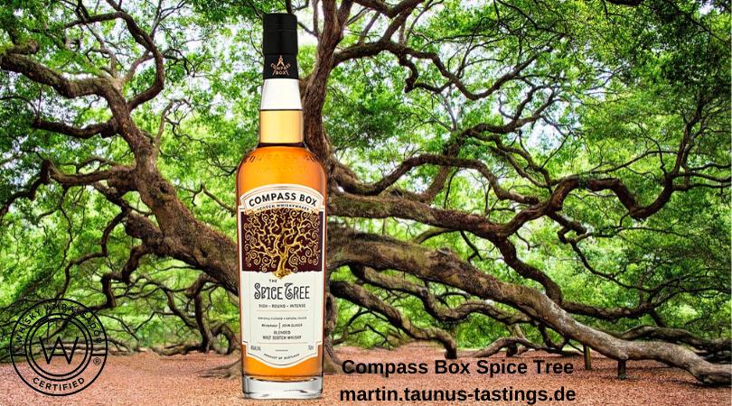Ein Flasche Compass Box Spice Tree mit einer alten Eiche im Hintergrund