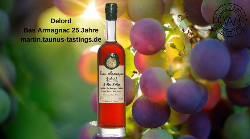 Eine Flasche Delord Bas Armagnac 25 Jahre mit Trauben im Hintergrund
