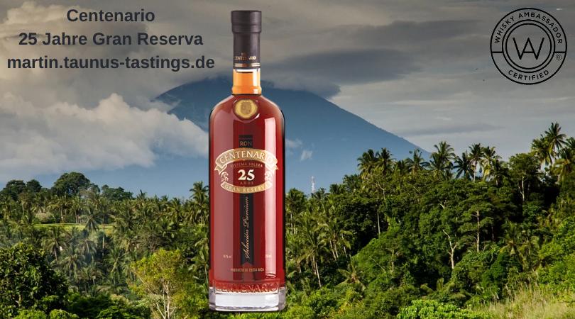 Eine Flasche Centenario 25 Jahre Gran Reserva mit einem Vulkan auf Costa Rica im Hintergrund