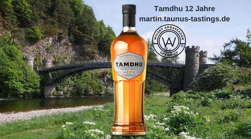 Eine Flasche Tamdhu 12 Jahre im Hintergrund eine Brücke über den Fluss Spey