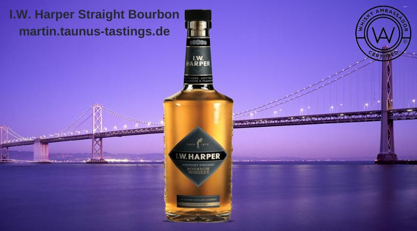 Eine Flasche I.W. Harper Straight Bourbon mit der Golden Gate Bridge im Hintergrund