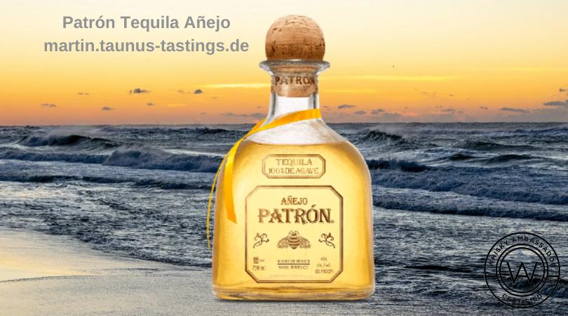 Eine Flasche Patrón Tequila Añejo mit dem Meer im Hintergrund