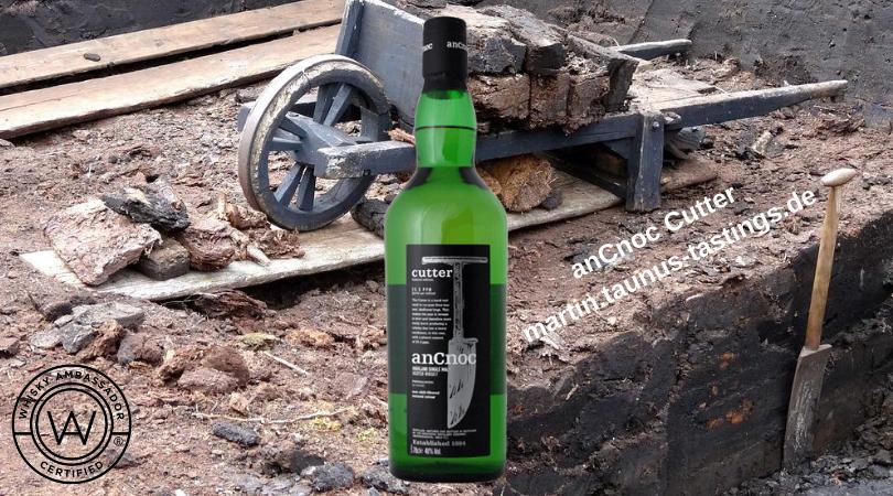 Eine Flasche anCnoc Cutter mit einem Torfkarren im Hintergrund