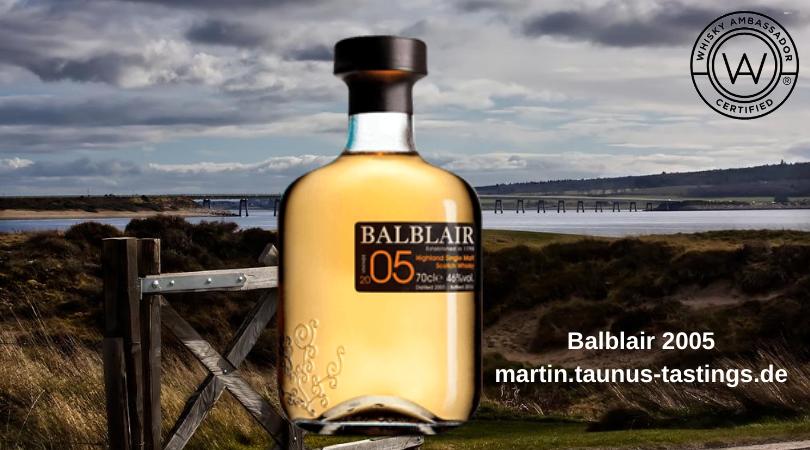 Eine Flasche Balblair 2005, im Hintergrund eine Küstenlandschaft aus den Highlands