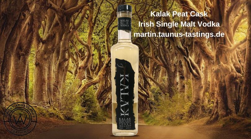 Eine Flasche Kalak Peat Cask Irish Single Malt Vodka mit einer Allee in Irland im Hintergrund