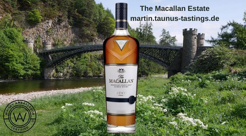 Eine Flasche The Macallan Estate mit einer Brücke in Craigellachie im Hintergrund