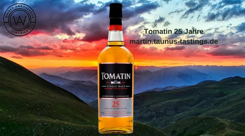 Eine Flasche Tomatin 25 Jahre, im Hintergrund ein Blick über die schottischen Highlands