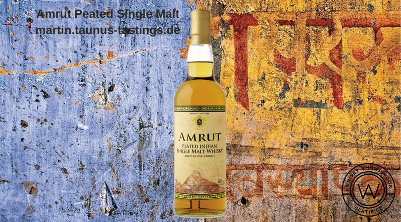 Eine Flasche Amrut Peated Single Malt vor einem Indischen Grafitti