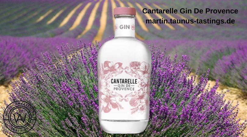 Eine Flasche Cantarelle Gin De Provence, im Hintergrund ein Lavendelfeld
