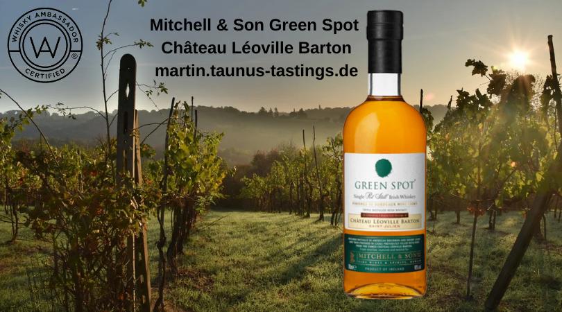 Eine Flasche Mitchell & Son Green Spot Château Léoville Barton, mit Weinbergen im Hintergrund