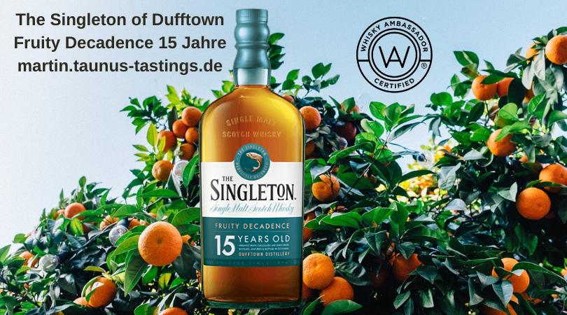 Eine Flasche The Singleton of Dufftown Fruity Decadence 15 Jahre, im Hintergrund eine Zitrusplantage