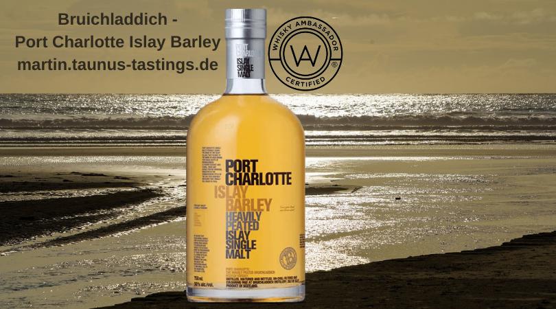 Eine Flasche Bruichladdich - Port Charlotte Islay Barley im Hintergrund die Küste von Machir Bay