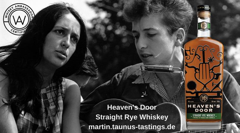 Eine Flasche Heaven's Door Straight Rye Whiskey, im Hintergrund der junge Bob Dylan mit Joan Baez