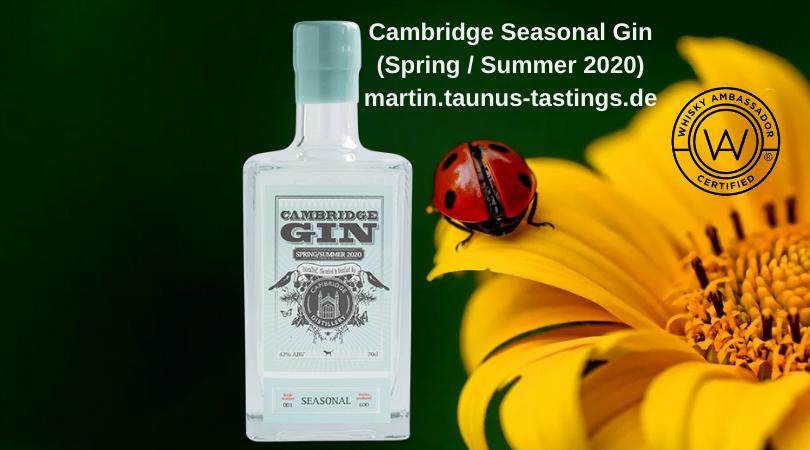 Eine Flasche Cambridge Seasonal Gin (Spring / Summer 2020) im Hintergrund eine Blume und ein Marienkäfer