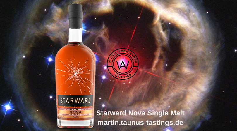 Eine Flasche Starward Nova Single Malt, mit einem Bild des Universums im Hintergrund