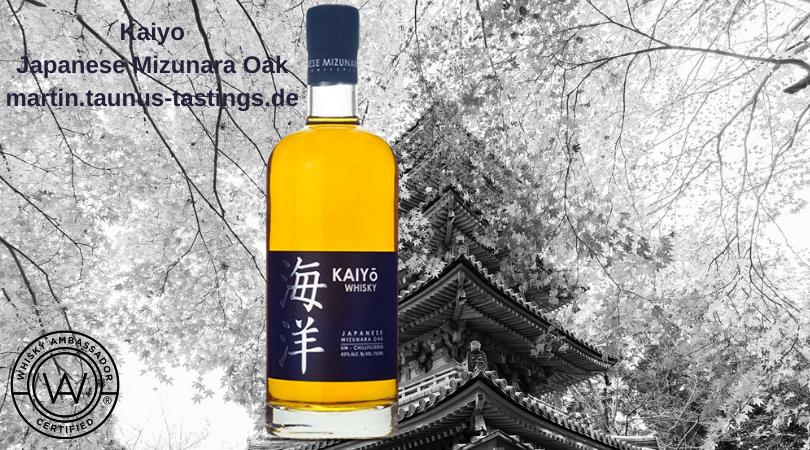Eine Flasche Kaiyo Japanese Mizunara Oak, im Hintergrund ein japanischer Temple und blühende Kirschbäume