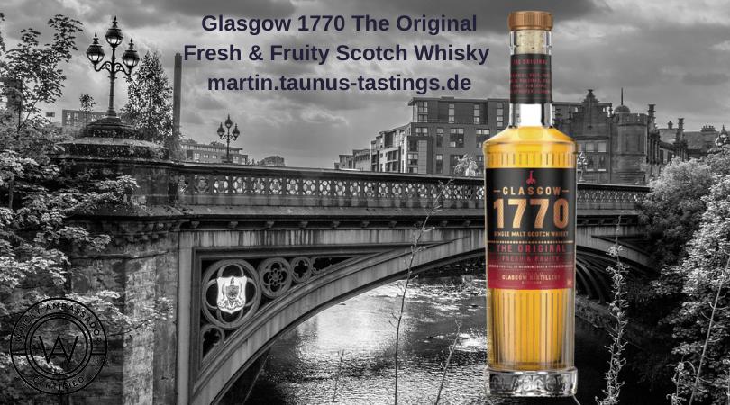 Eine Flasche Glasgow 1770 The Original Fresh & Fruity Scotch Whisky, im Hintergrund das Glsgower Westend