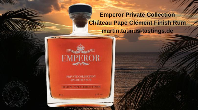 Eine Flasche Emperor Private Collection Château Pape Clément Finish Rum, im Hintergrund ein Sonnenuntergang am Strand von Mauritius