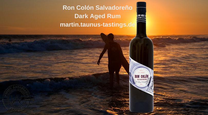 Eine Flasche Ron Colón Salvadoreño Dark Aged Rum, im Hintergrund die Küste und ein Sufer