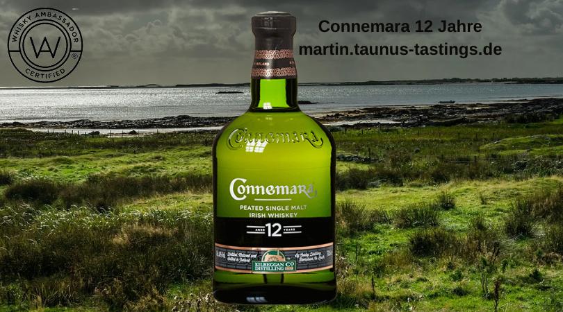 Eine Flasche Connemara 12 mit mit der Küste Irlands im Hintergrund