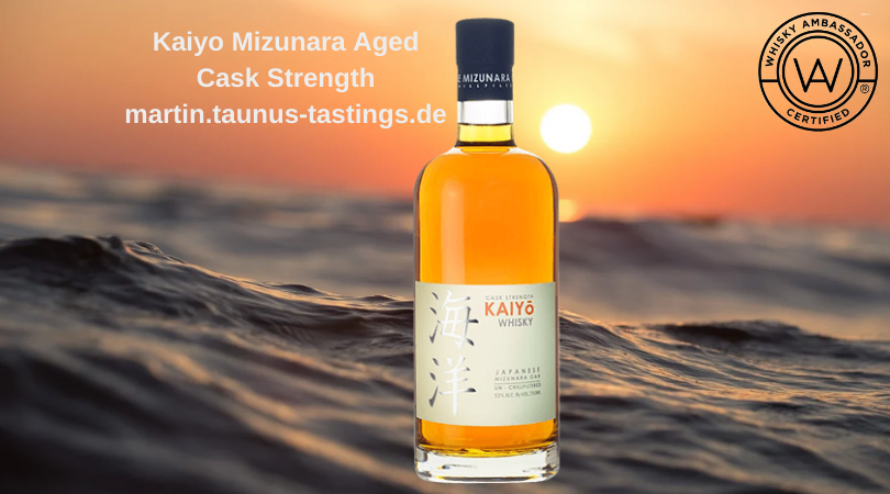 Eine Flasche Kaiyo Mizunara Aged Cask Strength, im Hintergrund der japanische Ozean