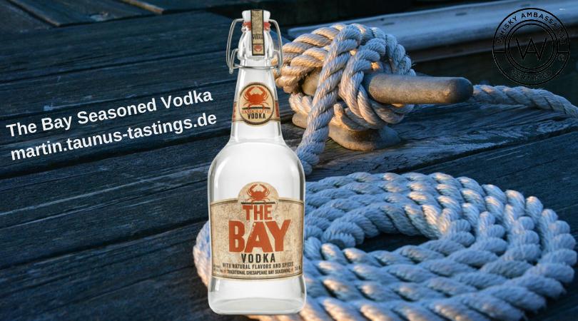 Eine Flasche The Bay Seasoned Vodka, im Hintergrund ein Tau an einem Schiffsanleger