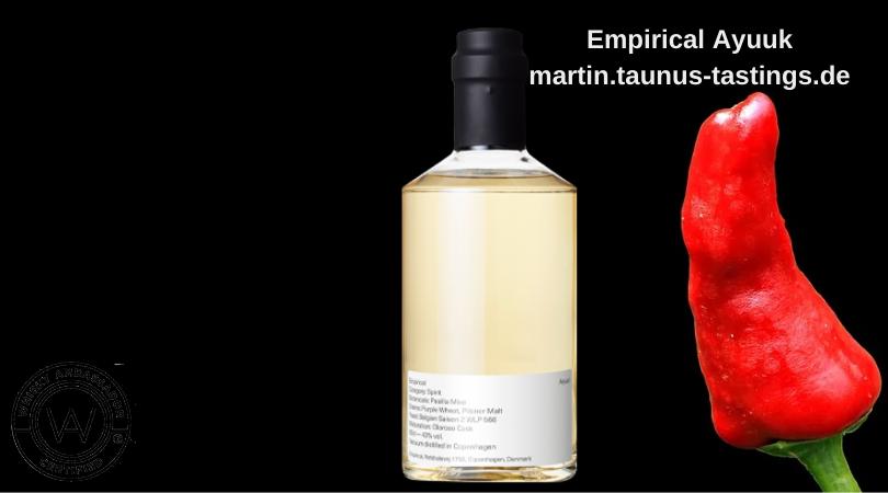 Eine Flasche Empirical Ayuuk neben einer Chillischote