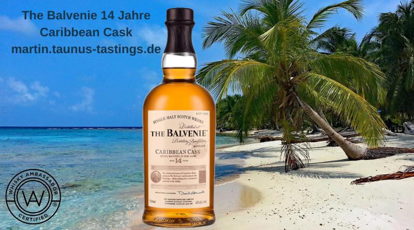 Eine Flasche The Balvenie 14 Jahre Caribbean Cask vor einem karibischen Strand