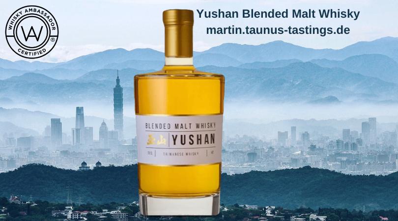 Eine Flasche Yushan Blended Malt Whisky, im Hintergrund eine Skyline aus Taiwan