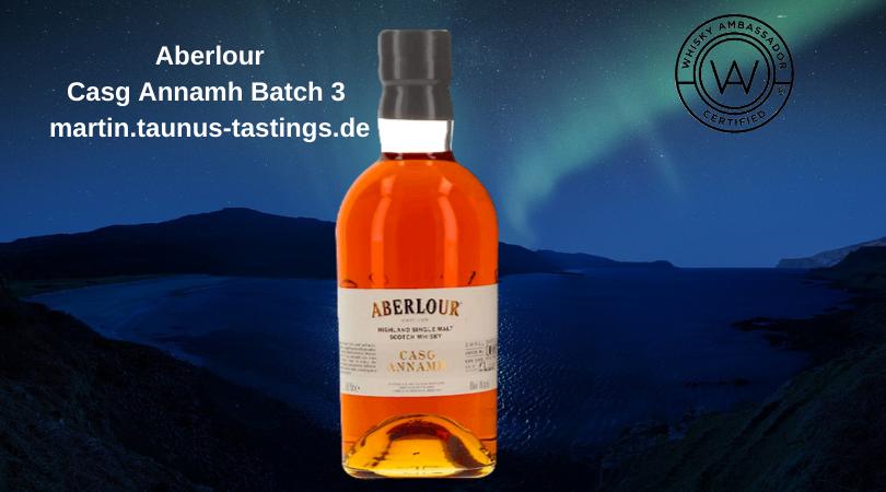 Eine Flasche Aberlour Casg Annamh Batch 3 , im Hintergrund die Küste Schottlands