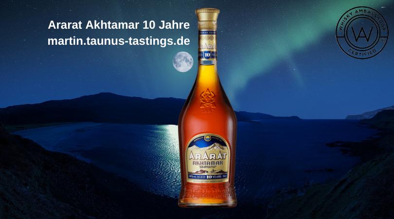 Eine Flasche Ararat Akhtamar 10 Jahre, im Hintergrund ein See in Armenien
