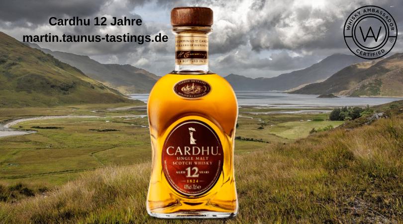 Eine Flasche Cardhu 12 Jahre, im Hintergrund eine schottische Landschaft