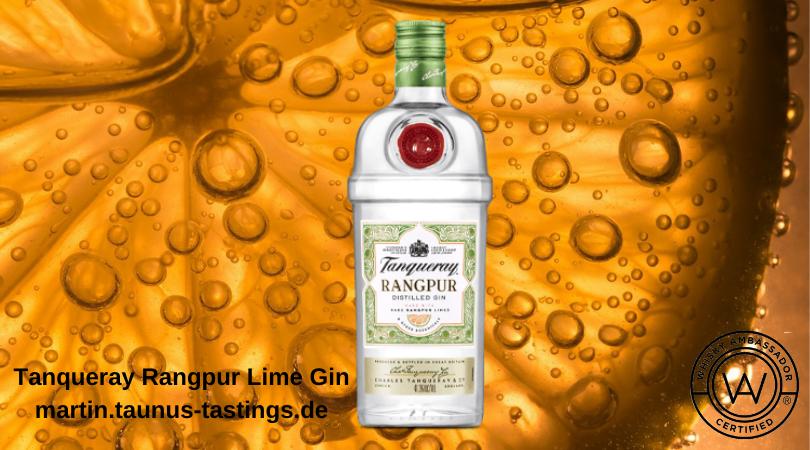 Eine Flasche Tanqueray Rangpur Lime Gin, im Hintergrund eine Zitrusfrucht