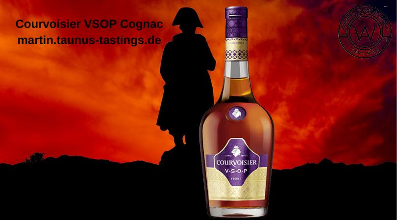 Eine Flasche Courvisier VSOP Cognac, im Hintergund eine Statue von Napoleon