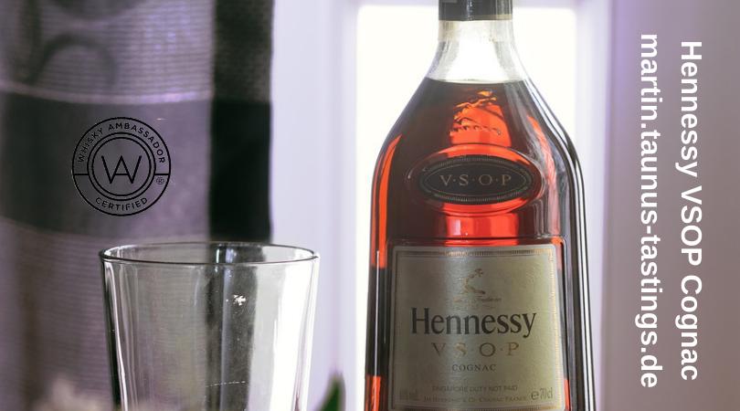 Eine Flasche VSOP Cognac vor einem Fenster