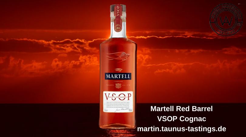 Eine Flasche Martell VSOP Red Barrel, im Hintergrund ein Sonnenuntergang