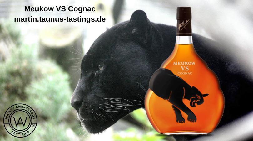 Eine Flasche Meukow VS Cognac mit einem russischen schwarzen Panther im Hintergrund