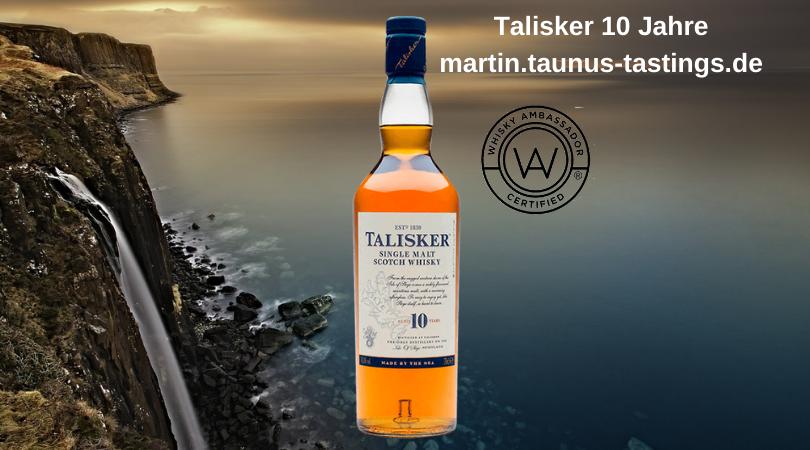 Eine Flasche Talisker 10 Jahre, im Hintergrund eine Klippe mit Wasserfall auf der Isle of Skye
